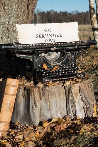 Höstbild på J.B Silfversparres skrivmaskin Underwood no. 3 med pergament och texten 60 SEKUNDER ORD som är hans nyhetsbrev om skrivande. (typewriter, tree, autumn)