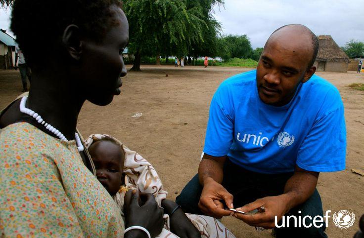 DAROWIZNA DLA UNICEF: Do dzieci mieszkających z dala od ośrodków zdrowia docierają mobilne zespoły opieki zdrowotnej, których członkiem jest m.in. dr Thomas Lyimo, specjalista ds. zdrowia w UNICEF. Pomagają dzieciom takim jak 9-miesięczny Bhan Ruei. Pomóź na www.unicef.pl/sudan.