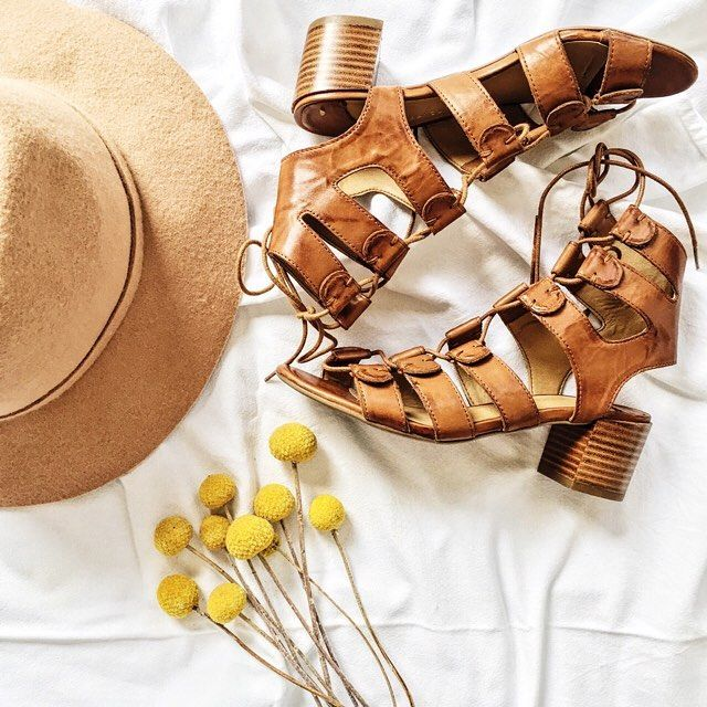 Sunny days + Tony lace ups = perfection! ☀️🌼💛 #evansshoes #tonybianco #tonyloves #rezstyle #instorenow #tan #black #shoes #fashion #style #summer #blooms #billybuttons