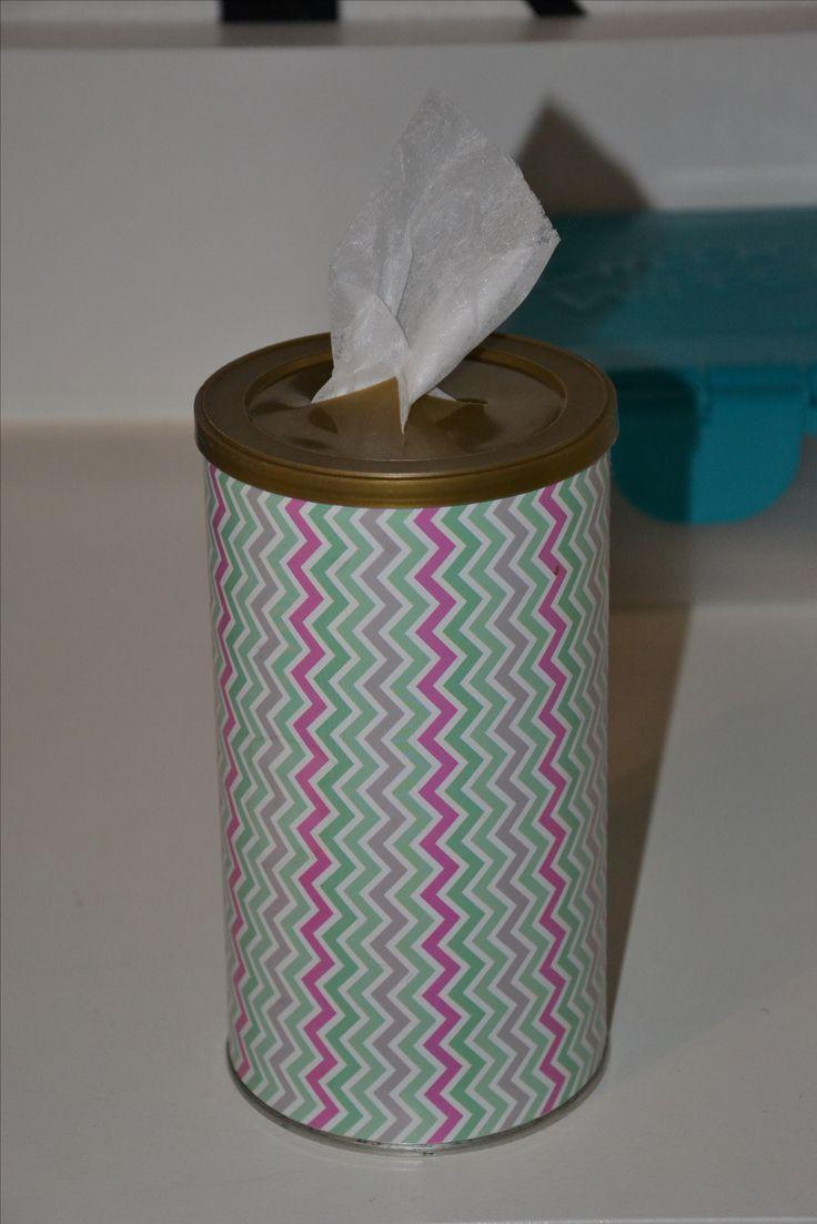 Koffie-blik versierd met leuk papier.  Doet dienst als houder voor papieren doekjes.