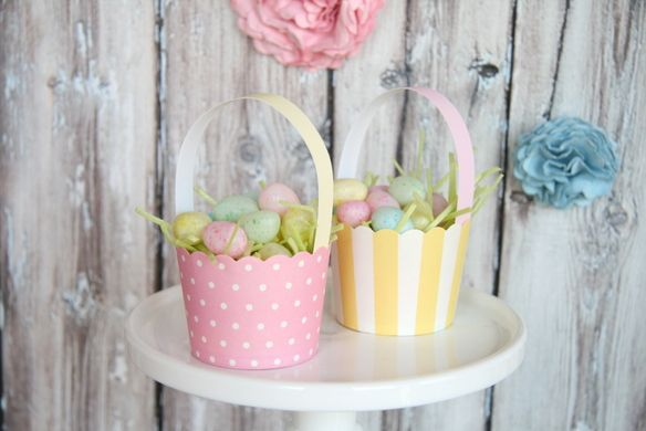Mini Easter baskets made from cupcake wrappers.  These would be darling to give to friends or used as place settings at the Easter dinner table.