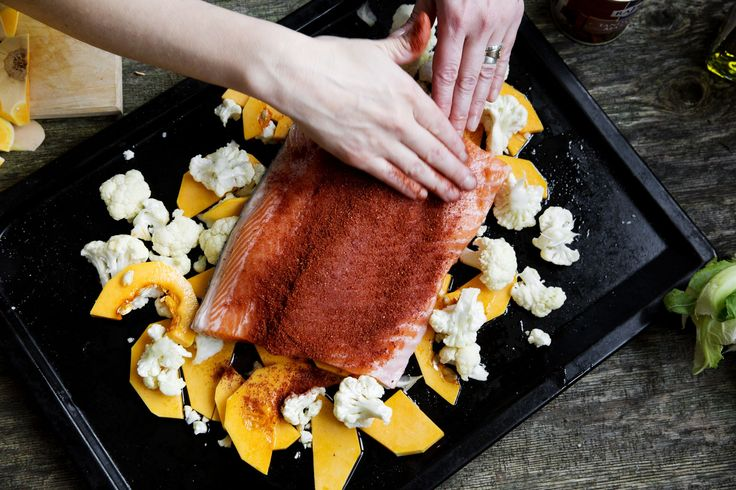 """""""Sätt in laxen i ugnen på 175 grader i 30 minuter. Toppa med mynta innan servering."""""""