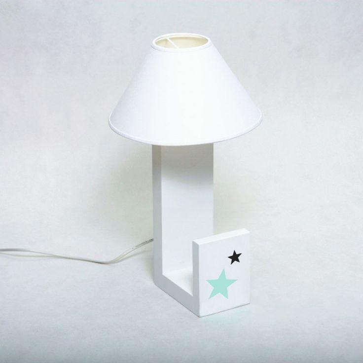 Lampka biała udekorowana gwiazdkami. Posiada podpórkę na książeczki. Sprawdzi się zarówno w pokoju dziewczynki jaki i chłopca. Praktyczna dekoracja.