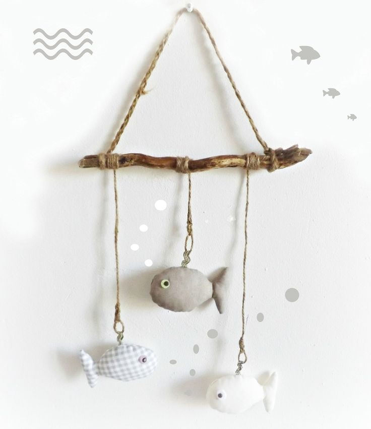 Décoration murale chambre d'enfant, bois flotté et poissons, gris, taupe,beige suspendus.Originale et unique. : Décoration pour enfants par kore-and-co