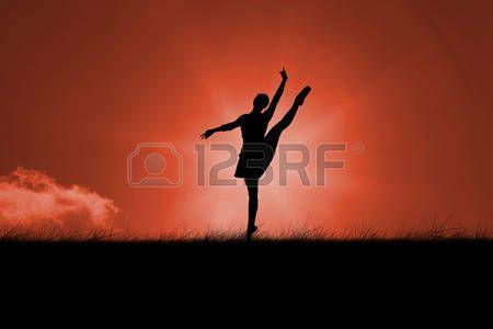 silhouette danseur: Silhouette de ballerine contre le ciel rouge sur l'herbe