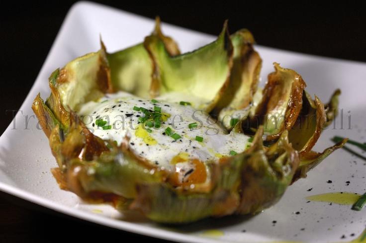Uovo cotto a bassa temperatura, con fonduta di Asiago DOP e foglie di carciofo romanesco croccanti