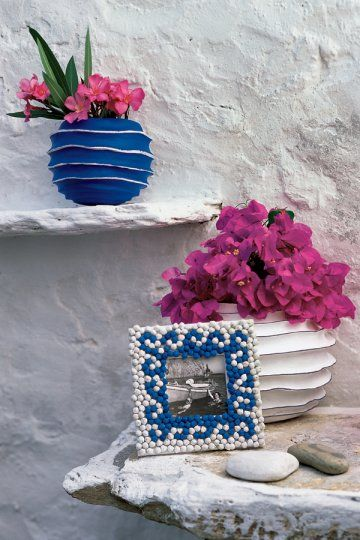 Un cadre photo et des vases à la grecque