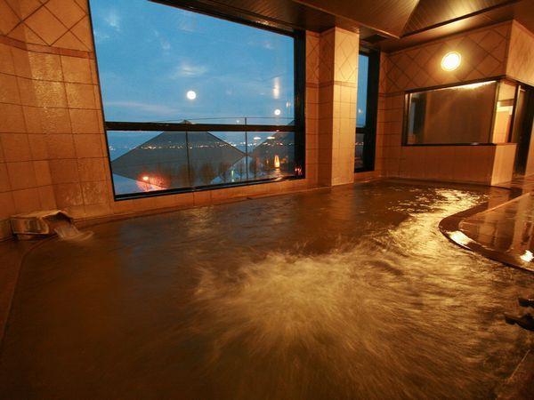 【大浴場】若返り・美肌効果抜群の源泉に浸かりながら諏訪湖を一望頂けます。女性浴場には新進気鋭のアーティストのヒーリングアートも
