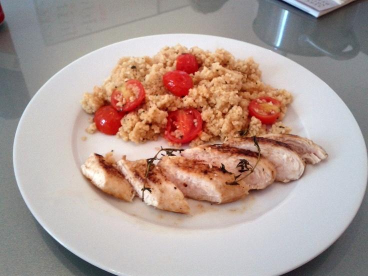 Gebratene Hühnerbrust mit Cous Cous, Tomaten, Thymian