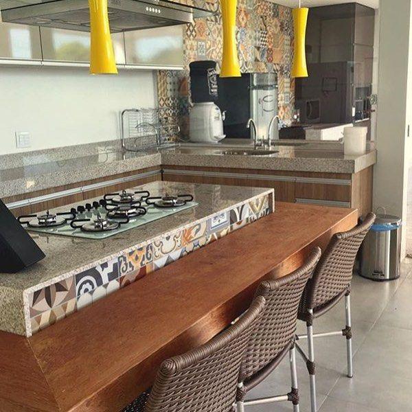 As cores de Essence Decor na parede e bancada da cozinha moderna com ...