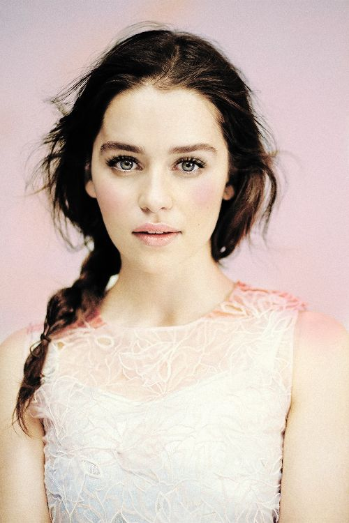"Emilia Clarke May 1, 1987 in:	London (United Kingdom) Sun: 	10°33' Taurus	 	  Moon:	19°37' Gemini	 	  Dominants: 	Gemini, Taurus, Sagittarius Pluto, Saturn, Uranus Earth, Fire / Mutable Chinese Astrology: 	Fire Cat Numerology: 	Birthpath 4 Height: 	Emilia Clarke is 5' 2"" (1m57) tall"