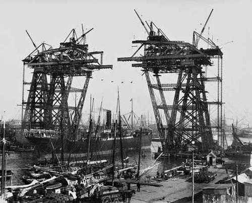El puente transbordador Almirante Brown sobre el río, en su construcción. Buenos Aires