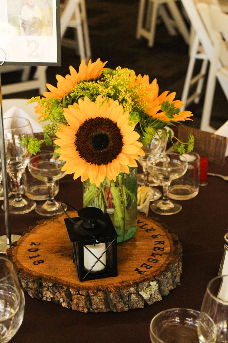 #Sunflowerwedding #GroheFlorist #Sunflower #masonjarcenterpiece