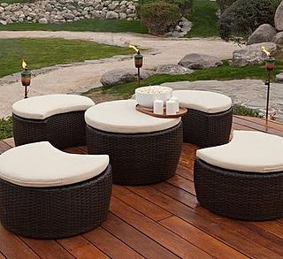 Los muebles de exterior son fabricados fundamentalmente para poder soportar las altas temperaturas del verano y hasta lluvias. Estos son elaborados de diversos materiales como el aluminio, fibras artificiales, mimbre, hierro, plástico, etc.