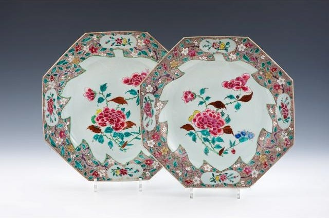 Chine, Cie des Indes. Rare paire de plats octogonaux en porcelaine à décor d'émaux polychromes de la famille rose d'une branche fleurie dans une réserve en forme de feuille sur fond caillouté brun. XVIIIème siècle. Photo DUPONT & Associés