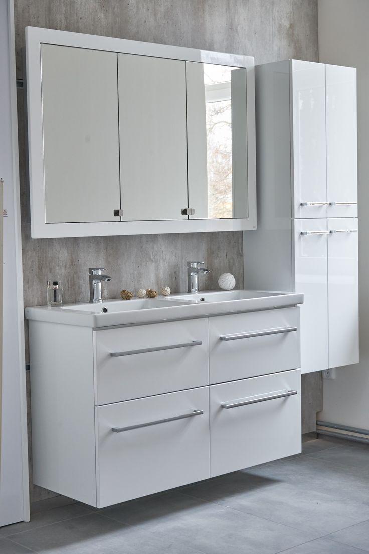 Nábytek do koupelny pro velkou rodinu. Bílé prostorné skříňky pod umyvadlo se závěsnými koupelnovými skříňkami a stylovou koupelnovou zrcadlovou skříňkou.