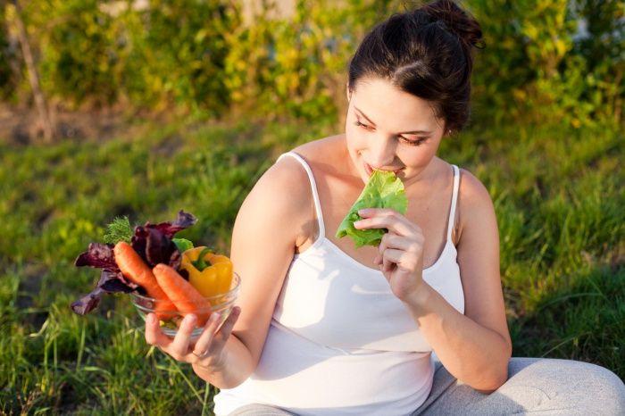 Питание при беременности должно быть особенным. А благоприятно ли вегетарианство влияет на развитие плода? Противоречивый вопрос, на который нашли ответ.