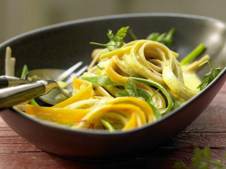 Rezept: Bunte Gemüsenudeln  Zutaten:  3 kleine Möhren (ca. 200 g) 1 kleine Zucchini (ca. 200 g) 1 Stange Lauch (ca. 125 g) 150 g Linguine-Vollkornnudeln 2 EL Olivenöl Salz Pfeffer 125 ml klassische Gemüse 150 ml Sojacreme 1 Prise Safranfäden Kerbel nach Belieben