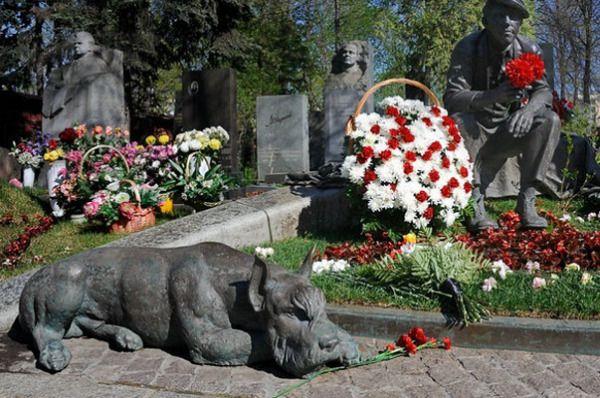 Новодевичье кладбище, Москва, РоссияНоводевичье кладбище, Москва, Россия   Кладбище расположено на территории женского монастыря 16-го века, который является популярным местом для любителей истории. Многие известные российские поэты, музыканты, политики, писатели похоронены здесь.