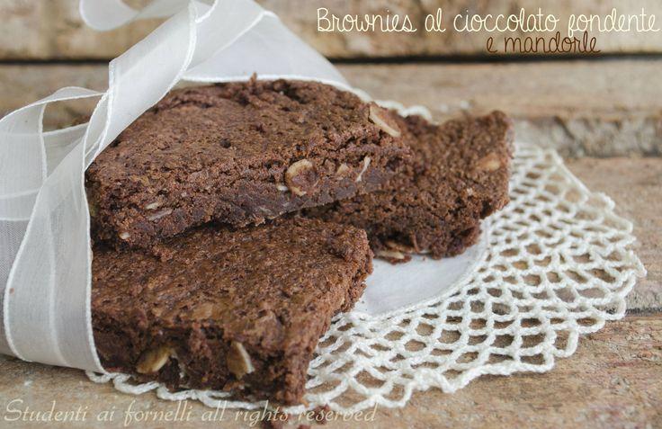 Brownies al cioccolato fondente e mandorle http://blog.giallozafferano.it/studentiaifornelli/brownies-al-cioccolato-fondente-e-mandorle/