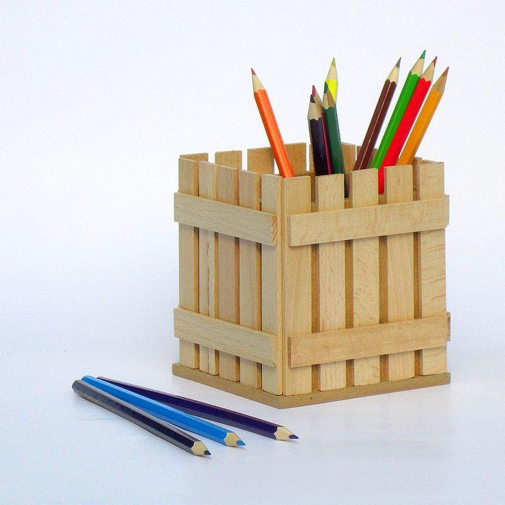 Pastelníkovník - tužkovník - stojánek - přírodní Originální dřevěný pastelníkovníkzdobený nalepeným malým plotem. Přelakováno bezbarvým matným lakem, zdravotně nezávadným. Plot je ruční výroba, nestejná výška jednotlivých dřevíček je záměrem. Velikost:12,5 x 11,5 x 11,5 cm