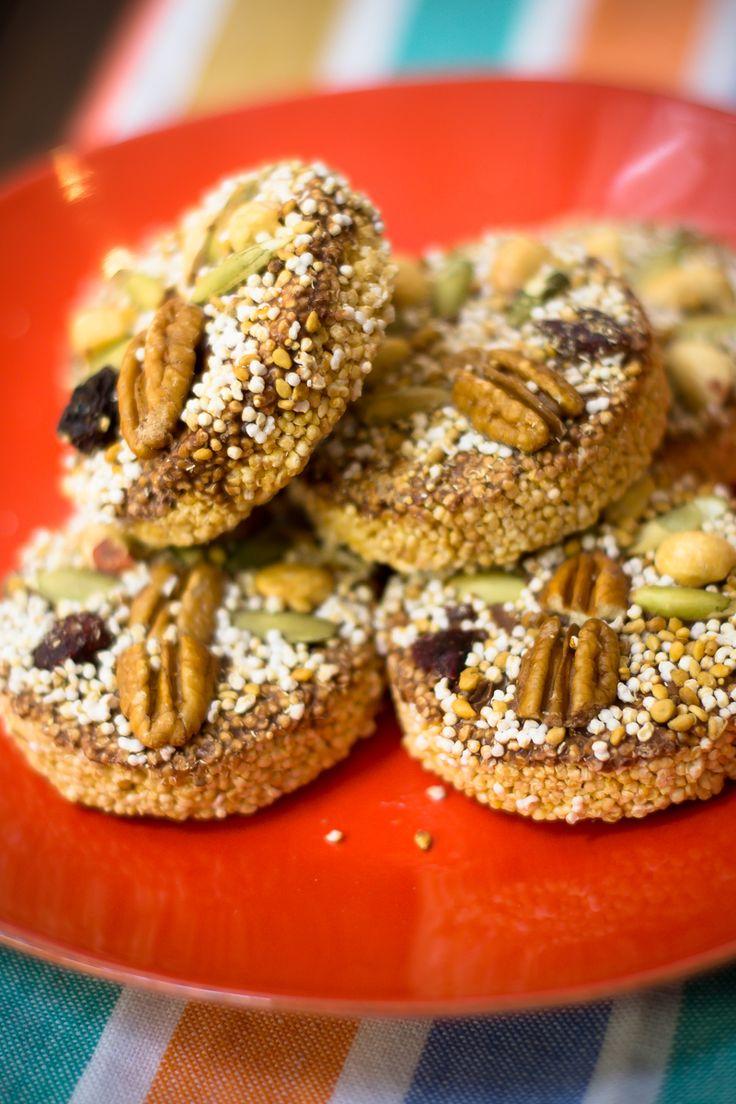Uno de los postres más típicos y populares dentro de la gastronomía mexicana. Las alegrías es un dulce hecho de amaranto, pepitas de calabaza, nuez, cacahuate, pasas, piloncillo y miel. Es un snack perfecto, producto de su alto contenido de proteína y por su agradable sabor.