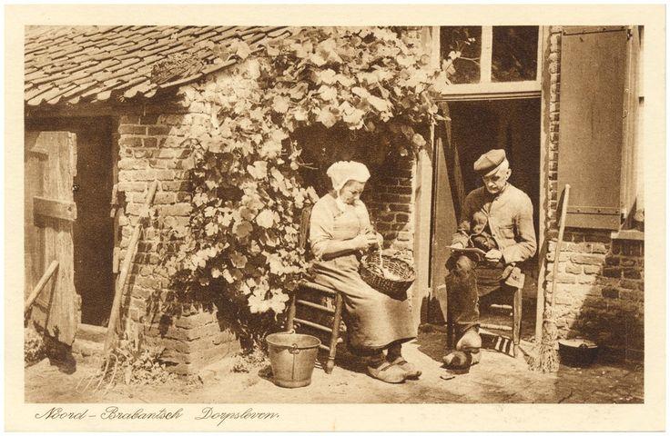 het schillen van aardappelen door de boerin, met ernaast een lezende boer #Brabant