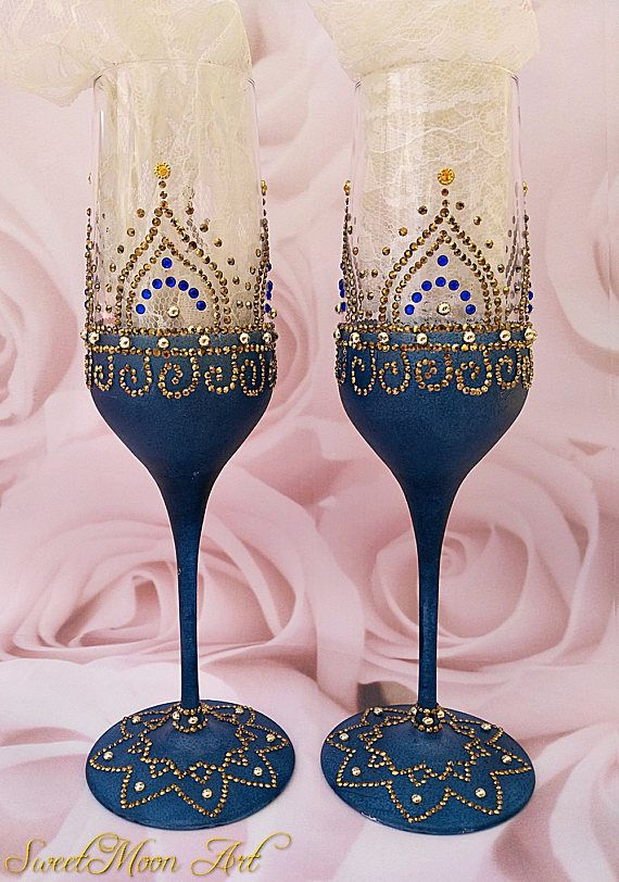 Wedding glasses, toasting flutes, wedding flutes, events flutes, champagne flutes, engagement flutes, celebration flutes, blue, golden flutes, mandala, golden and blue, Anniversary flutes, Decorated glasses. Set of 2 wedding champagne glasses. These beautiful glasses are the perfect complement to your wedding, anniversary or any special event decoration. Description: Each flute is made entirely by hand, painted with frost effect and decorated with pearls and high quality crystals, each…