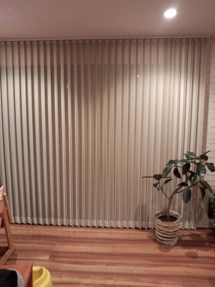 我が家はカーテンを使わずにバーチカルブラインドにしています。 リビングには3.6mの大きな窓があり、とても存在感が強いので普通のカーテンではどうも違和感を感じるだろうと思い、バーチカルブラインドにしました。別に特注の窓とかではないです。 バーチカルブラインドには「センターレース」付きのものと無しのものがあります。 センターレースとはブランドを開いた状態にしたときに、レースが目隠しの役割をはたしてくれるもの。 センターレース付きか無しか悩んだら バーチカルブラインドを選ぶ人は最初にこのレース付き・無しの選択にぶつかると思います。価格も全然違います。倍近く違うかも? 個人的にはレース付きをオススメします。 レース無しだと非常にすっきりしててデザイン性高く良いのですが、オープンにしたら外から丸見えで、正直生活しづらいです。 外の目線を気にする環境でない人は除きます。 我が家は人の目線が気になる環境ではないが、レース付きのブラインドにしました。 やっぱり安心感があります。 部屋の中が見えないことは防犯上もいいこと。   夜、ブラインドを閉じている状態…