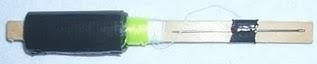 Os itens:    - Silver Tape  - Linha comum  - Linha de pesca  - Agulha    Como fazer:    Compre um picolé e não jogue o palito fora. Enrole a silver tape e as linhas no palito e prenda a agulha com um pedacinho de silver tape. Pronto!
