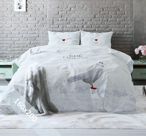 Sleeptime Pure Cotton dekbedovertrek 'Birds in Heaven'. Een 160x200 cm dekbedovertrek (Poolse maat) van 100% katoen met daarop een print met 2 duiven. Onderaan het dekbedovertrek een verendek en een prachtige lucht, met hartenwolken.