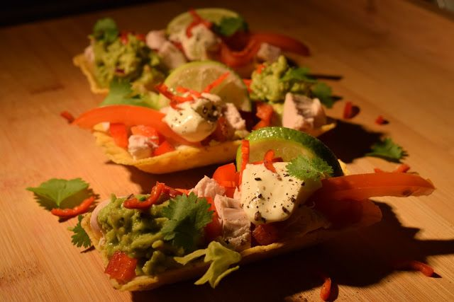 Dominique's kitchen: Taco's met kip (of tofu) en guacamole - Taco's wit...  Nieuwsgierig naar het recept? Neem een kijkje op mijn blog of klik op onderstaande foto. Curious for the recipe? Visit my blog or click on the picture below.  #avocado, #bellpepper, #chicken, #chilipepper, #cilantro, #garlic, #kip, #knoflook, #koriander, #lettuce, #lime,#limoen, #paprika, #redonion, #rodeui, #sla, #taco, #tofu, #tomaten, #to
