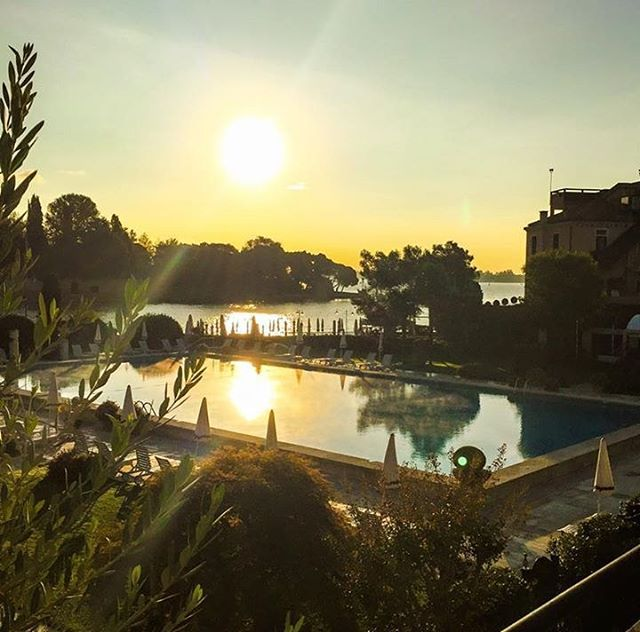 Waking up early is quite wonderful with a sunrise over the pool from your private terrace! #BelmondPostcards @bybrucerussell #Venice #Italy