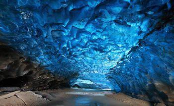 スカフタフェットル国立公園。アイスランドの南東部にあります。 氷河によってできた洞窟は現実とは思えないほどの神秘的な風景。 何世紀も前に凍った氷には空気が入っていないんだそう。なんとも神秘的な光を放っています。