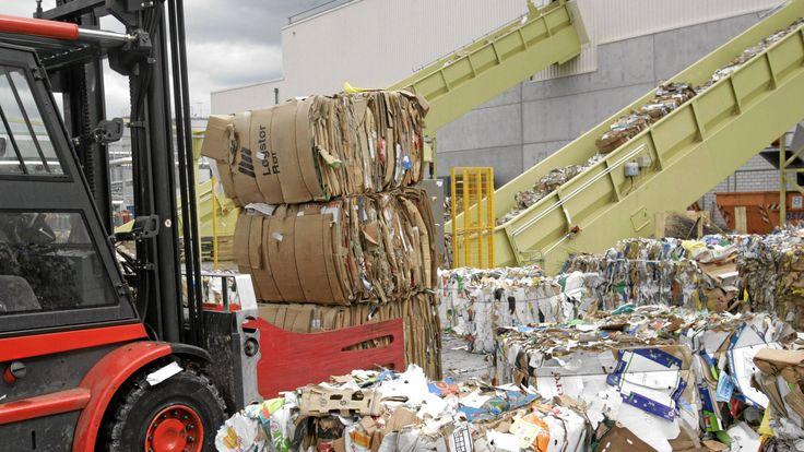 Video verfügbar bis 05.02.2018, 16:30 - planet.e - Die alltägliche Papierverschwendung - Verpackungen, Taschentücher, Pappbecher: Die Papierflut nimmt weiter zu. 2015 wurden in Deutschland laut Umweltbundesamt rechnerisch pro Einwohner über 250 Kilogramm Papier verbraucht.