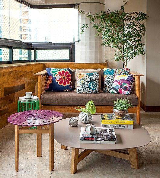 """""""Adoramos reunir os amigos"""", conta a arquiteta Daniella de Barros. Sendo assim, ela criou a sala de estar na varanda. A ventilação das janelas e o piso de mármore deixam o ambiente agradável. Acessórios coloridos trazem a alegria do verão"""