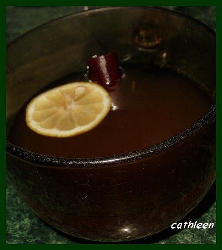 Drobně nakrájený zázvor, hřebíčky a polámanou skořici povaříme asi 20min ve vodě. Slejeme, osladíme medem a ten, pro koho je čaj příliš...