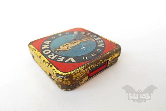 BAT™ USB 32GB Verona RARE Vintage tin 1930s - Antique vintage phonograph gramophone needle box - Retro music box - SanDisk usb flash drive - Product Dimensions 4.1cm Length x 4.1cm Width x 1cm Thickness by Think4HandmadeArt, €63.00