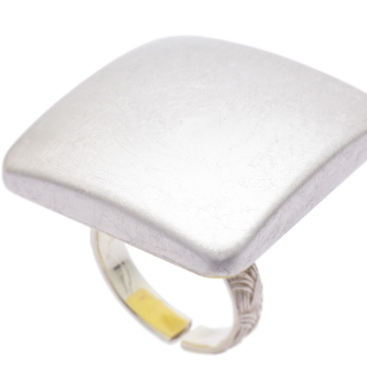 身につける漆 漆のアクセサリー リング 平撫四方 プラチナ箔 坂本これくしょんの艶やかで美しくとても軽い「和木に漆塗りのアクセサリー」より、プラチナ箔ならではの上質で雅な大人の輝き、ボリューム感と軽さを楽しんで頂ける ウェアラブル 漆 アクセサリー wearable URUSHI accessories Ring flat square 3 Platinum 日本の伝統工芸であるプラチナ箔を前面に貼り回した贅沢な印象のリングトップは、艶やかでしっとりとした美しい大人のプラチナの光沢が、指先に高貴なプラチナの印象を与えます。  #漆アクセサリー #漆のアクセサリー #漆ジュエリー #蒔絵アクセサリー #漆のリング #Ring #flatsquareRing #PlatinumRing #大人の輝き #蒔絵リング #プラチナ箔蒔絵 #wearable #ウェアラブル漆 #漆塗り #軽さを実感 #坂本これくしょん