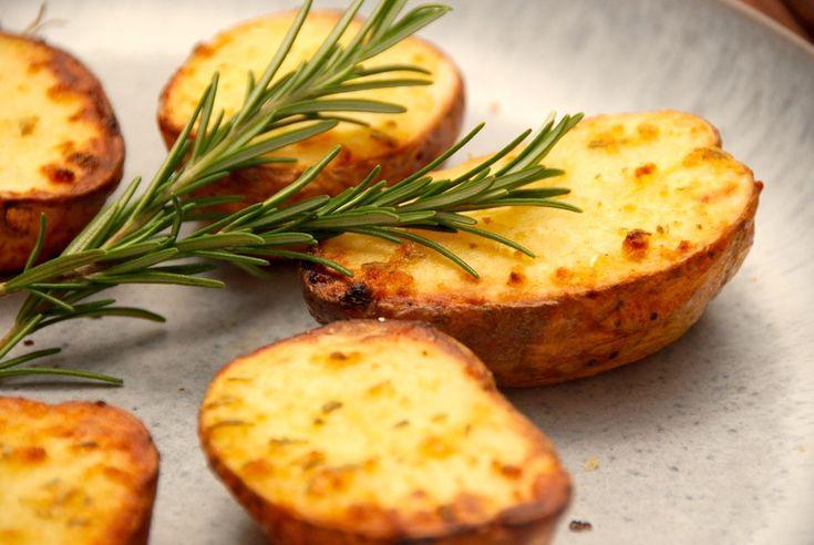 Prøv at lave disse halve bagte kartofler i ovnen, der er lækkert tilbehør til kødretter. De halve bagekartofler pensles med en nem hvidløgsolie med rosmarin. Hvis du elsker bagekartofler, skal du prøve disse halve bagte kartofler