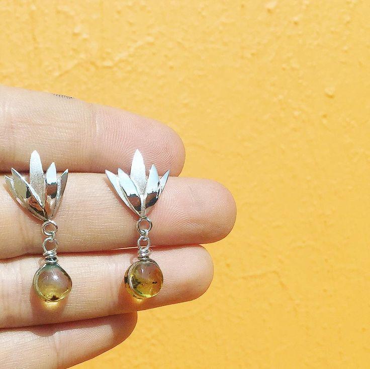 PEDIDO ESPECIAL - aretes en forma de agave hechos en plata 925 con ámbar originario de Chiapas  - - - - -  Te gustaría tener algún accesorio según tus propias ideas? -  CONTÁCTANOS y nosotros te ayudaremos a hacerlo realidad  - -#hechoamano #aretes #amber #ambar #chiapas #mexican #design #jewelry #joyeria #mexico #la #style #handmade #studs #agave #tequila #diseñomexicano #diseño #orange #gemstone #flower #flora #colour #ootd
