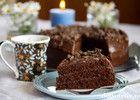 """""""Café Stings sjokoladekake"""" er en killer sjokoladekake - myk og saftig med en helt fantastisk god sjokoladekrem! Jeg fant oppskriften på nettet for mange år siden, og kaken skal etter sigende stamme fra Café Sting i Stavanger. Hvorvidt dette er originalen eller ikke strides de lærde, men dette er uansett blitt en av de aller mest besøkte kakeoppskriftene her på Det søte liv! Knallgod sjokoladekake - og her er denfantastiske oppskriften!"""