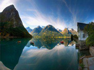 Montañas y casa junto al lago