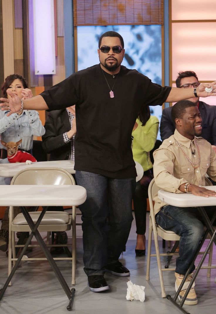 "Nobody throws paper on the floor in Ice Cube's class. The West Coast rapper isn't messing around during an appearance on ""Despierta America"" on Jan. 8 in Miami: Photo"