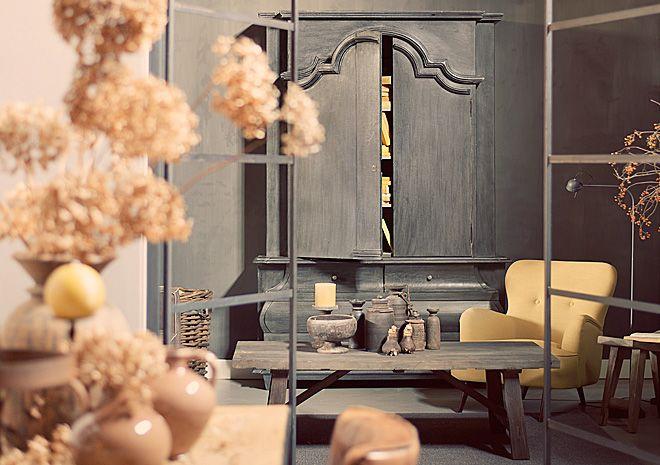 Servieskast zwart met gele accessoires | Hoffz interieur www.twoonhuis.nl