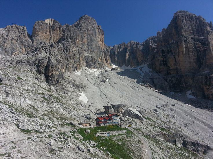 Dal #Rifugio #Silvio #Agostini nel cuore delle #Dolomiti #Brenta passa il #trekking #DolomitiBrentaTrek e è punto di partenza per numerose vie di #arrampicata in #valambiez #trentino #visitacomano