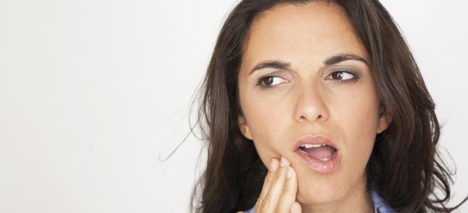 Une joue qui est chaude au toucher, une gencive qui se met à gonfler, des douleurs dentaires importantes ? En cas d'abcès, il faut agir vite pour limiter l'infection et se soulager en attendant le rendez-vous chez le dentiste.