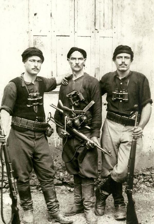Iconic image of Greek partisans who fought German invaders during the battle of Crete (May 1941). #WW2