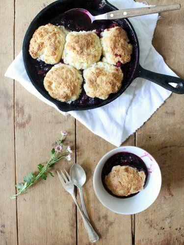 Berry-Cobbler-mit-Buttermilchbiskuits © Nastasja Schmahl | Lirumlarumlöffelstiel