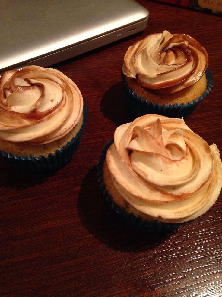 Cupcake de vainilla y chocolate y buttercream con efecto mármol